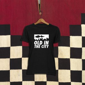 Camiseta con diseño exclusivo de Viejenials Old in the city negra