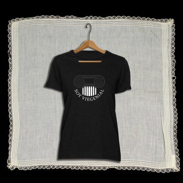 Camiseta con diseño exclusivo de Viejenials Soy Viegenial negra. industria Viejenial